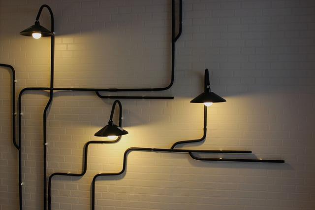 trubky na zdi, černé lampy