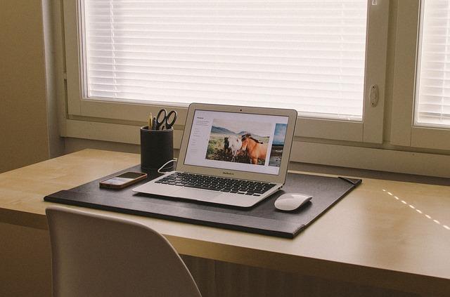 domácí kancelář u okna