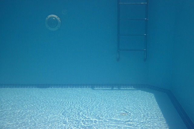 žebřík v bazénu